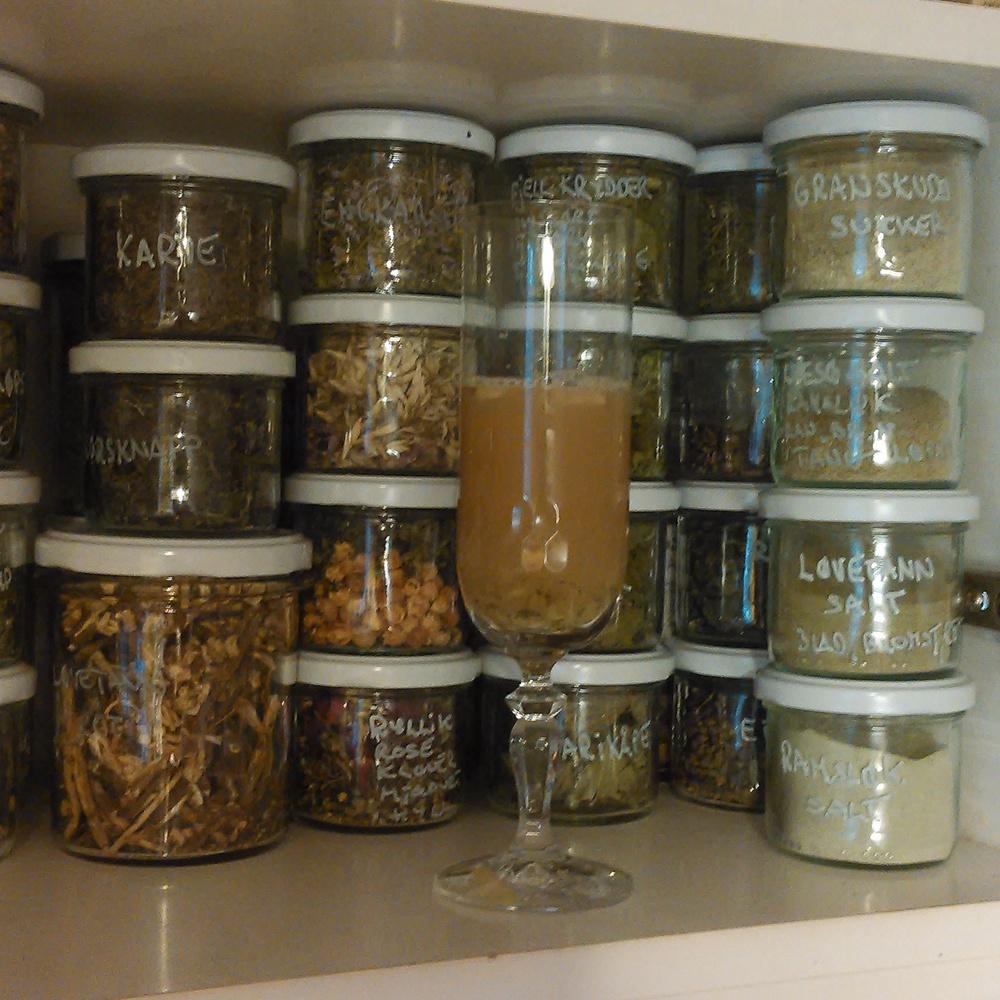 Hele sommerhalvåret har jeg brukt ferske krydder til melkesyregjæring av grønnsaker. Idag brukte jeg en håndfull med brennesle og litt av de fleste andre tørkede villevekster og urter jeg har lagt på glass til vinteren. I glasset er det litt av væsken som ble presset ut av produktet. Essensen av sommerens grøde