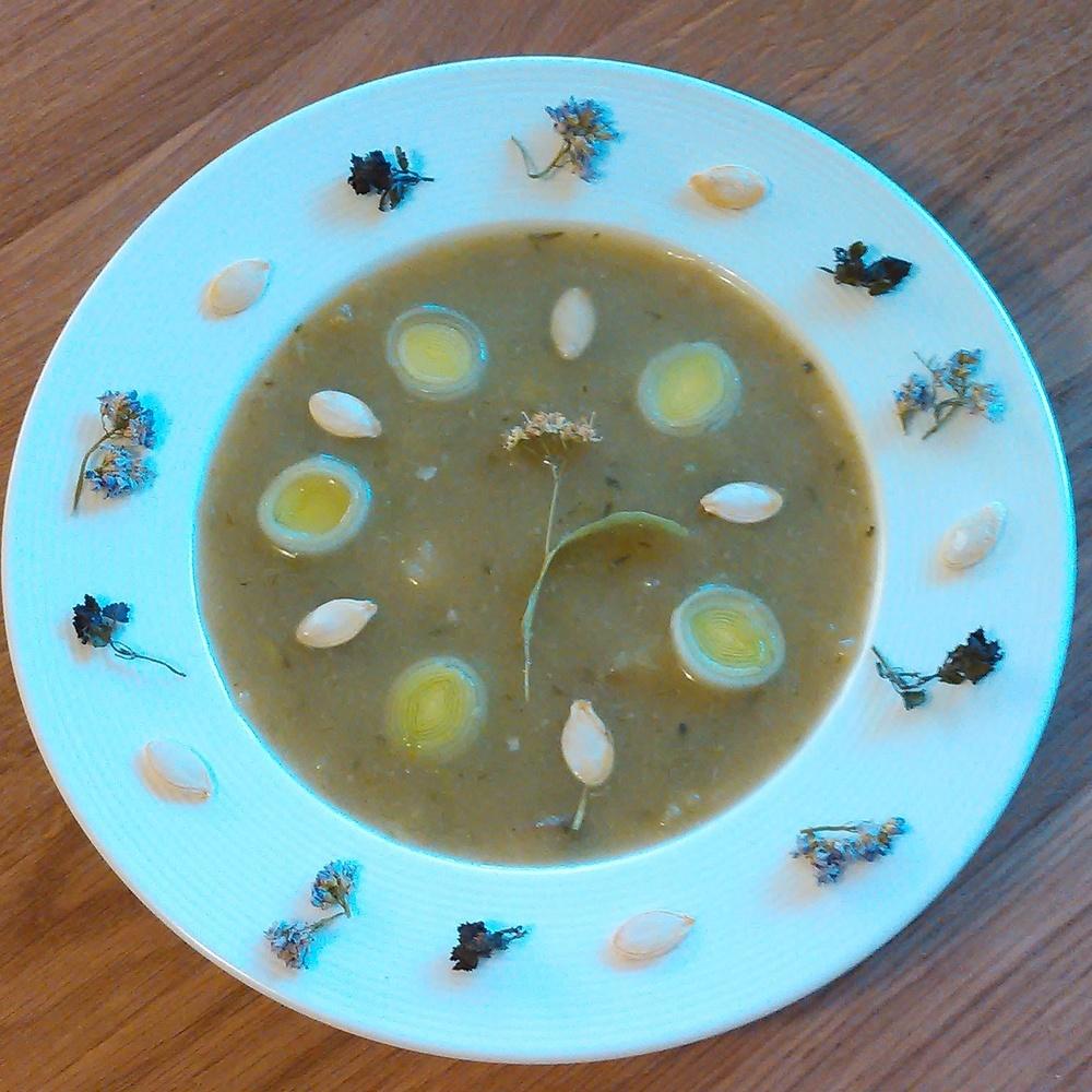 Gresskar og purreløksuppe kokt på lindeblomst -hønsekraft og krydret med korsknapp og engkarse.