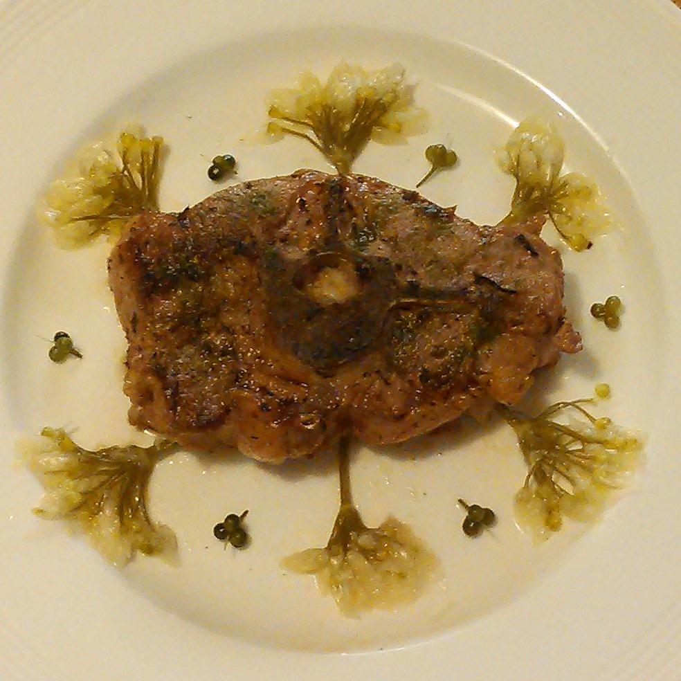 Kotelett av fersk, selv slaktet og partert lam stekt i ramsløksmør, krydret med ramsløksalt og servert med melkesyregjæret ramsløkblomster og ramsløkfrø.