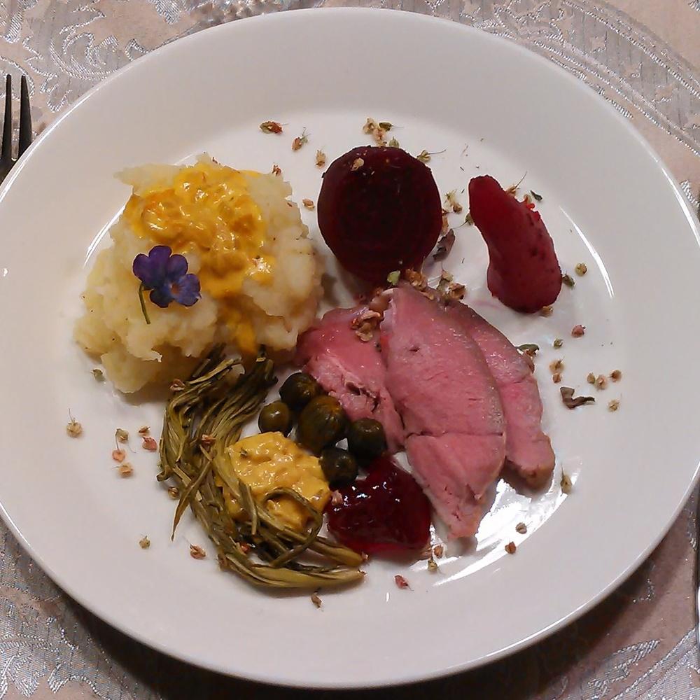 Rådyrstek servert med geitramsskudd, kreklinggele, løvetannknopper i eddik, rotmos, rotgrønnsaker og en nydelig saus. Tørket engsyre og en marsfiol blomst topper det hele. For en fest <3