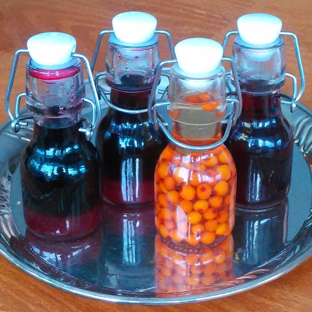 Bær av blåbær, hyll, slåpe og tindved har vært i vodka i noen måneder, nå har jeg fjernet bærene og lagt litt sukker i noen av flaskene. Hjemmelaget likør og bærsprit smaker helt nydelig og er fine små gaver. Liker spesielt godt den med slåpe, den dufter helt vidunderlig !