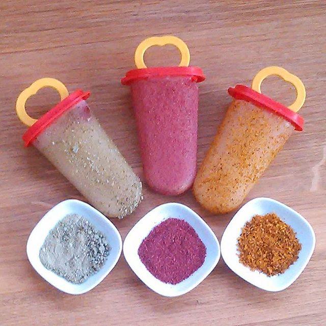 Blomstersaftis laget av mjødurtsaft, løvetannblomstsaft og vår favoritt kombucha av hylleblomstsaft Strøssel av granskuddssukker, pulverisert tørket tindved og tranebær.