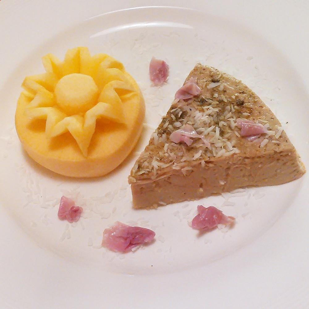 Thai dessert med rose egg og kokos. Litt spanskkjørvel sukker og rosen kronblader på toppen. Var på Thaimat og grønnsaksskulptur kurs for mange år siden, gøy å friske opp gammel kunnskap :)
