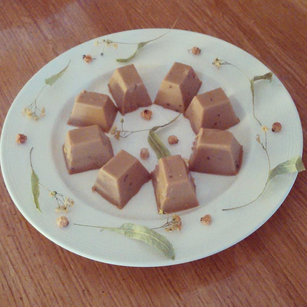Fløtegodteri med lindeblomst og rogneblad