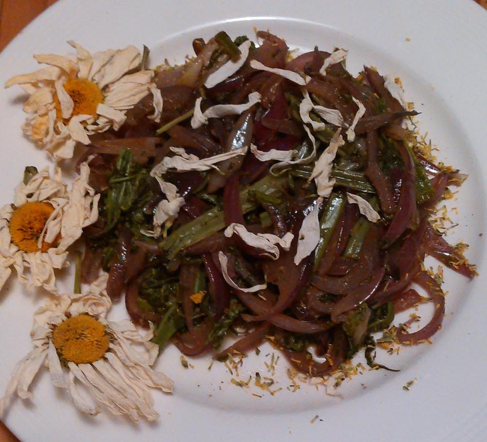 Strutseving og rødløk krydret med mjødurt og prestekrage blomster