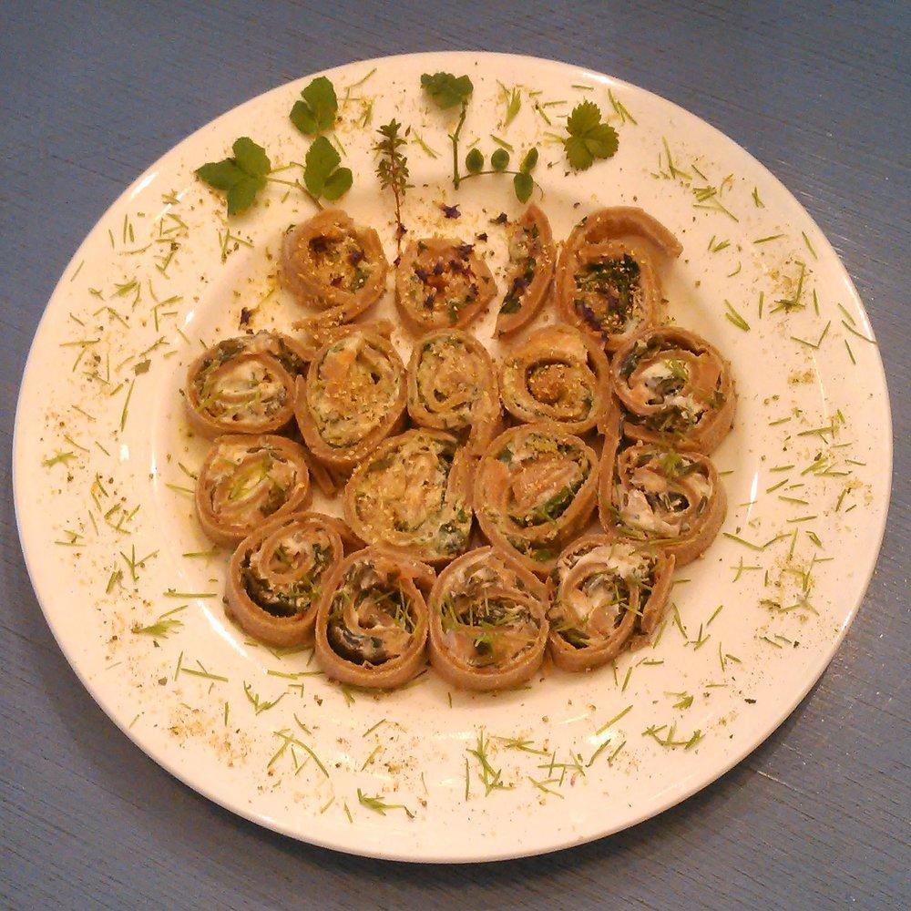 Lompperuller fylt med bl.a melkesyregjæret villevekster blanding, bekkekarse, ramsløk, granskudd og mjødurt.