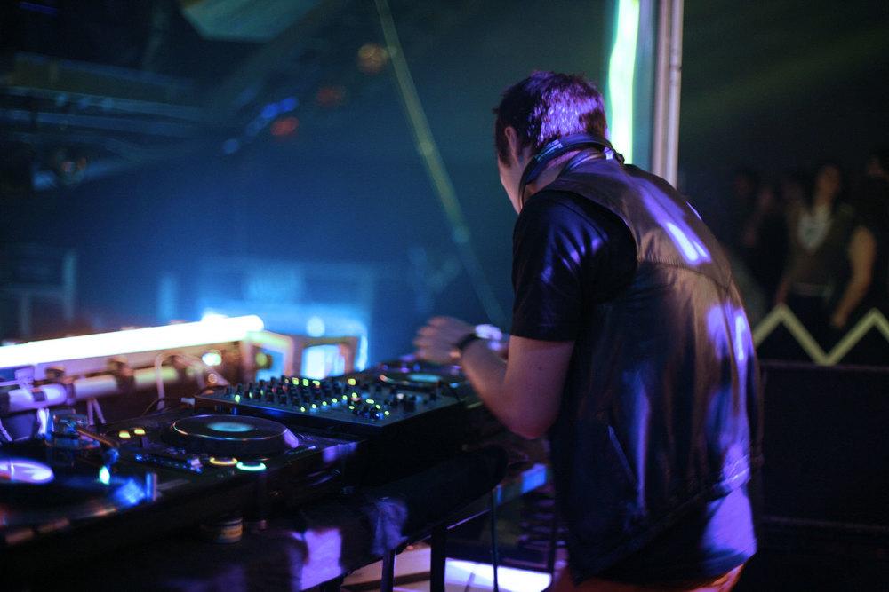 dj-live.jpg