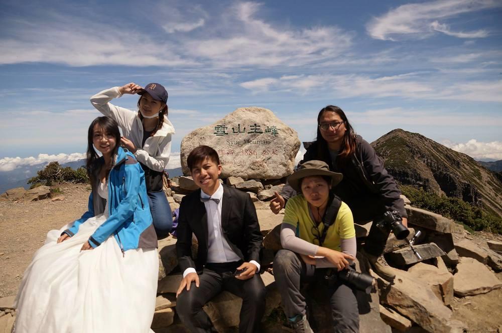 爬到主峰才是拍攝的開始 左到右:婷婷、造型師stella、阿嘉、我阿令、彥蘇