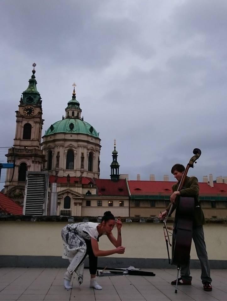 Lola a já_Malostranská střecha 2.jpg