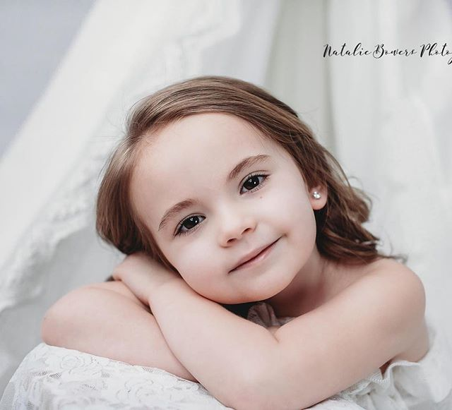 Overloading on some cuteness 💕 #childmodel #lace #nataliebowersphotography #minisessions #child #childportrait #portraitphotography #portrait @childmodelmagazine