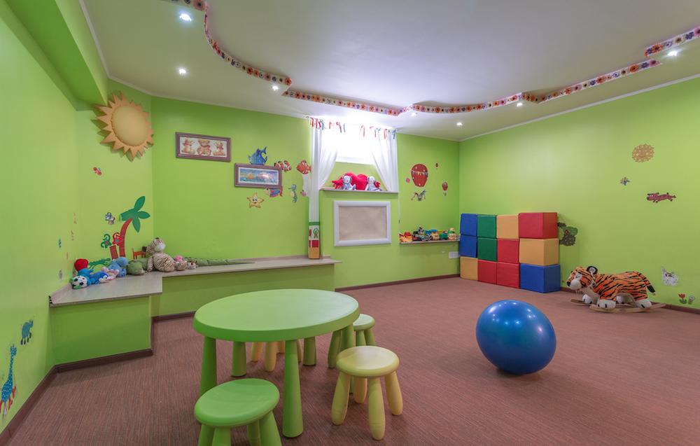 Малыши с удовольствием проводят время в игровой комнате.