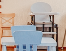 В кафе размещены столы и стульчики для детей.