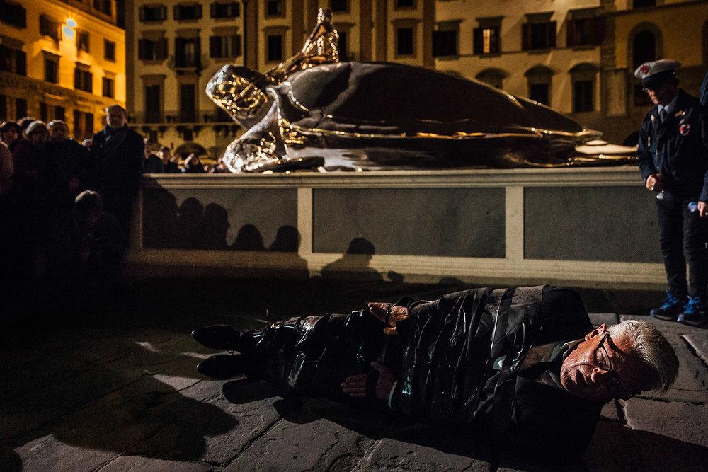 Jan Fabre | The artist worm crossing Piazza della Signoria    Spiritual Guards   Florence, 2016