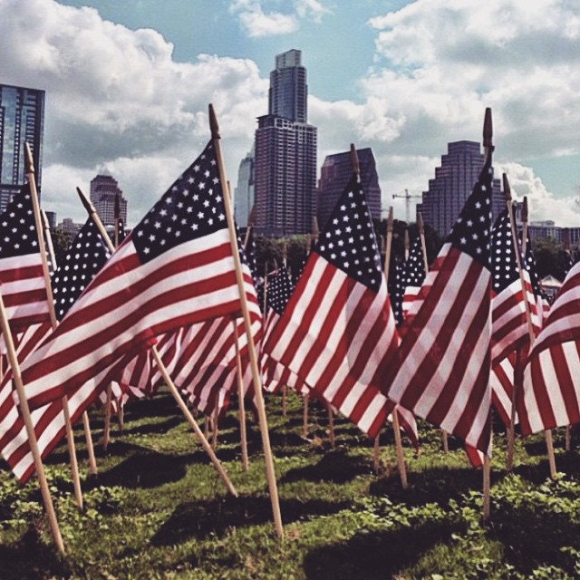 M E M O R I A L  Today, we remember that if it wasn't for the men and women that laid down their lives, we wouldn't be able to experience liberty. Whether you're from the USA or not, we can always respect the people who died for their love & duty to their families and country. Thank you @365thingsaustin for such a beautiful capture! #CityinaDay
