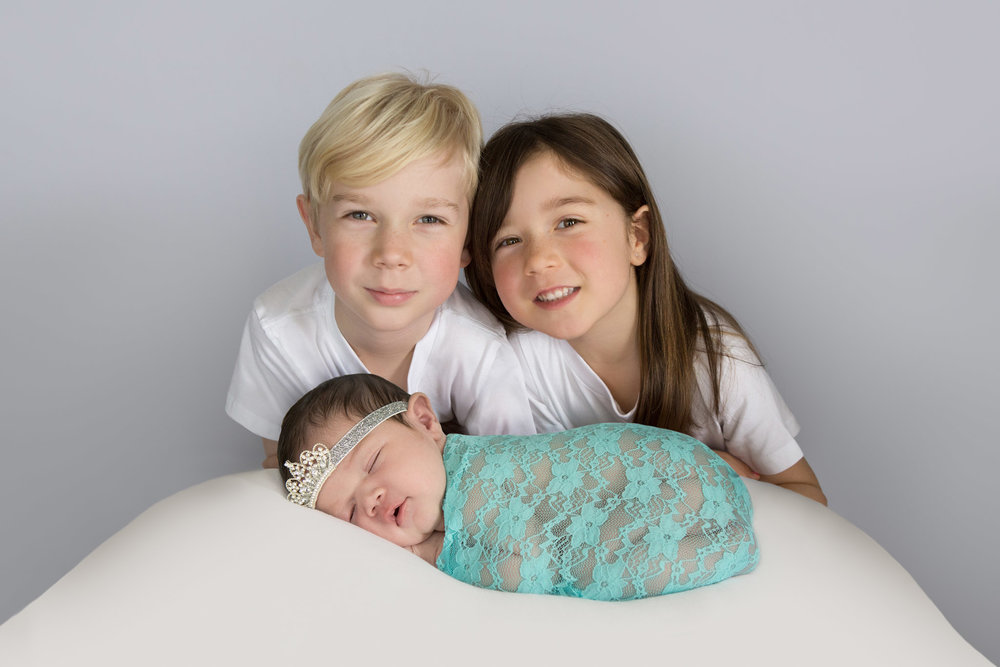 Hamilton-baby-photographer-baby-with-siblings.jpg