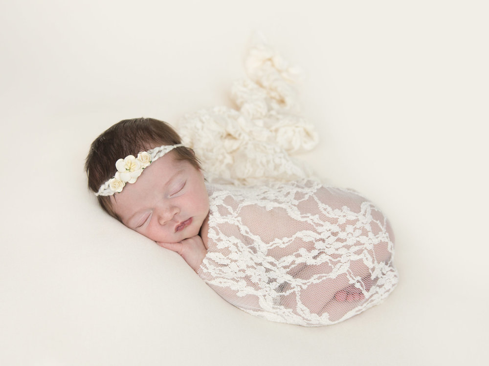 Lace-and-flowers-newborn-photography.jpg
