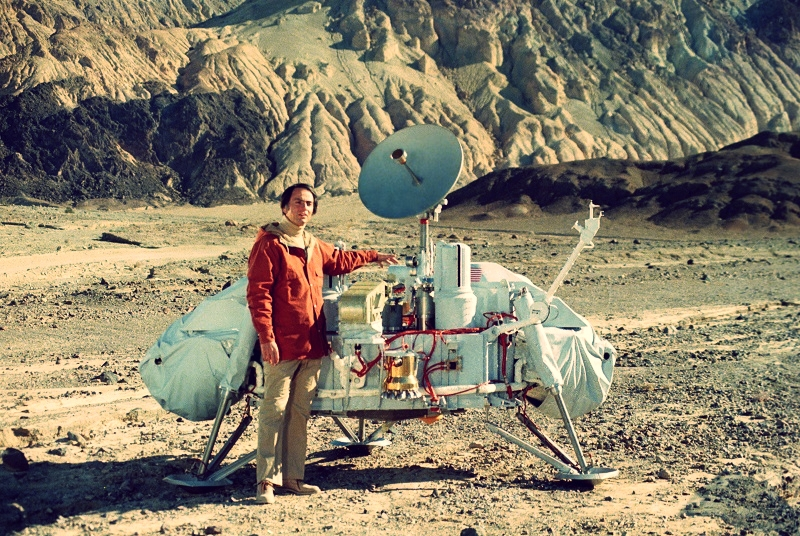 (Carl Sagan with a model of the Viking lander | JPL)