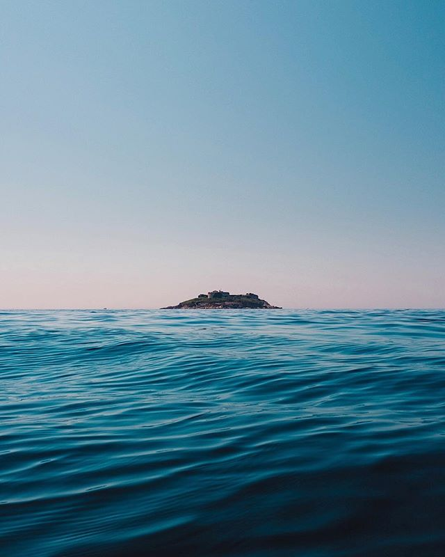 🎧: Ocean - Goldfrapp ft. Dave Gahan // Adrift / A la dérive . . . . . #subjectivelyobjective #thespacesilike #cettesemainesurinstagram #anotherescape #ccunderfollowed #EyeEm #lucecurated #oftheafternoon #SOULMINIMALIST #rsa_minimal #trappingtones #instagood10k #noicemag #minimalmood #fubiz #minimalism_world #awesomeminimal #onbooooooom #somewheremagazine #ifyouleave #theweekoninstagram #ampt #tv_simplicity #minimalha #Ignantpicoftheday #minimal_perfection #milkfoto #lr_moments #fisheyelemag #great_captures_minimal