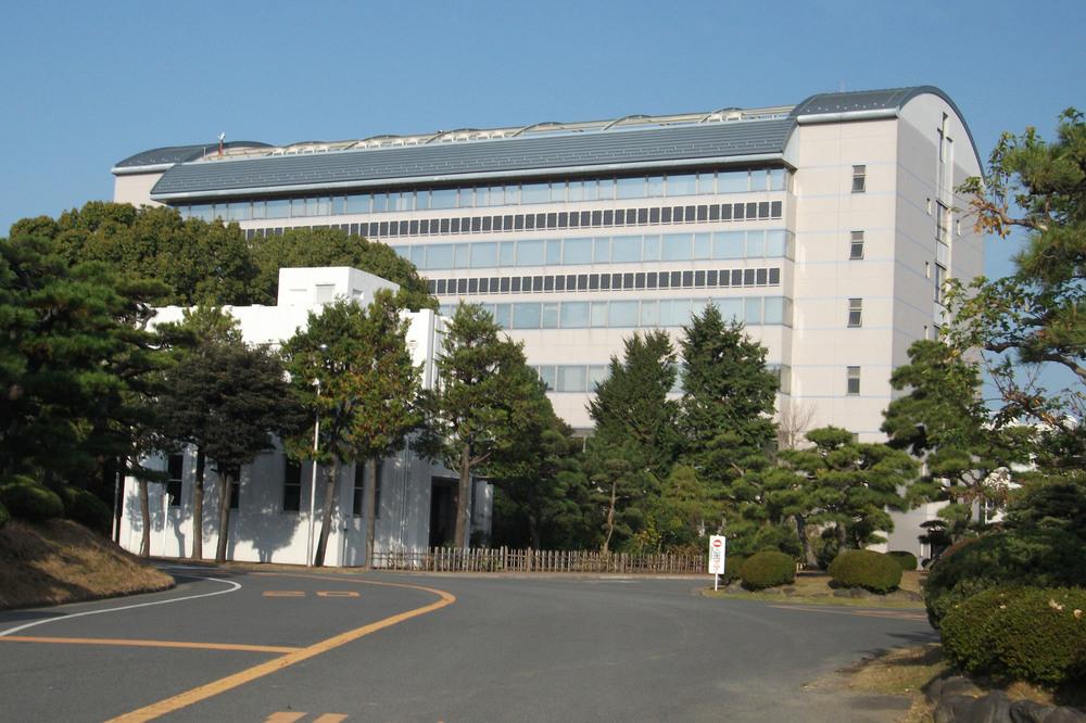 YOKOHAMA Forschungs- und Entwicklungszentrum RADIC mit Solarkollektoren zur Energiegewinnung
