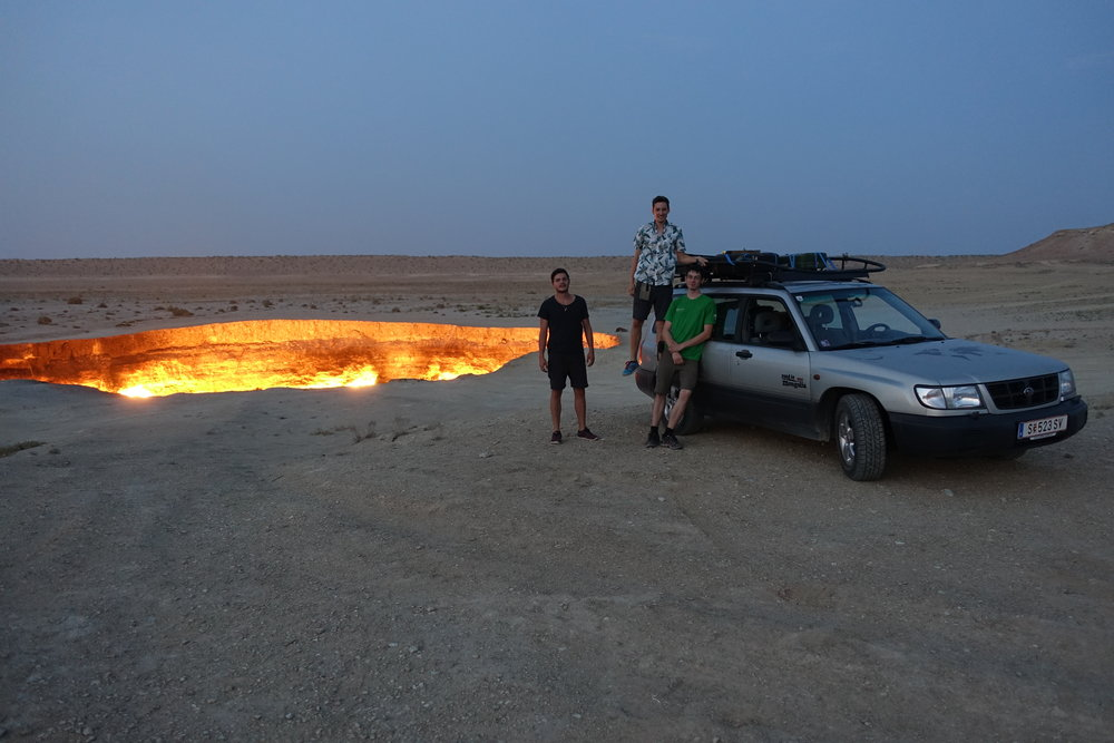 """""""Door to Hell"""" in Turkmenistan. Wissenschaftler hatten dort vor einigen Jahrzenten Untersuchungen gemacht und das austretende Gas dann entzündet. Es brennt bis heute..."""