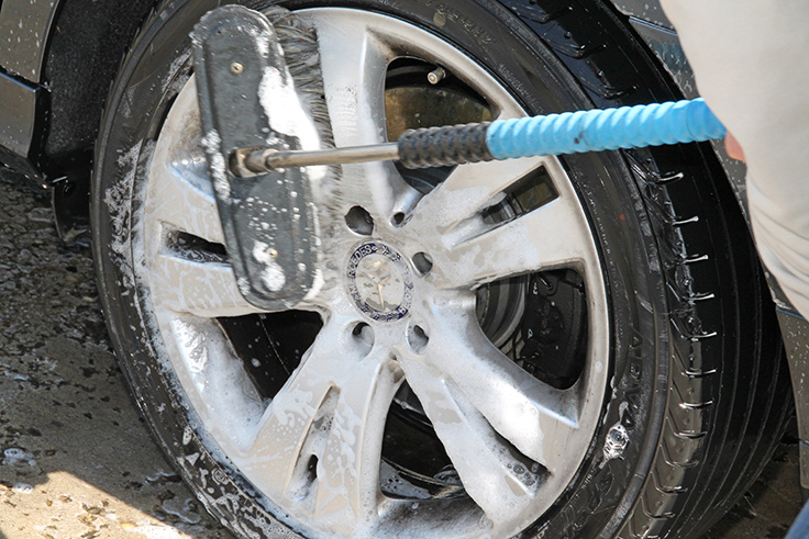 Reinigen des Reifens und der Felge mit der Waschbürste.