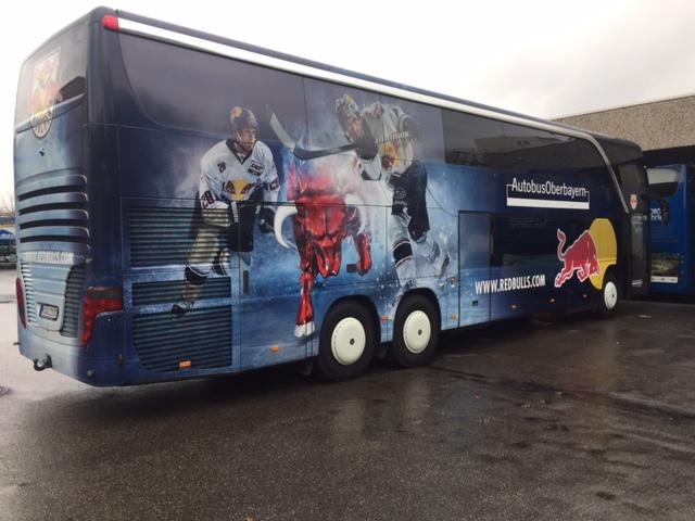 Mannschaftsbus des  EHC Red Bull München  auf dem Gelände von  Autobus Oberbayern