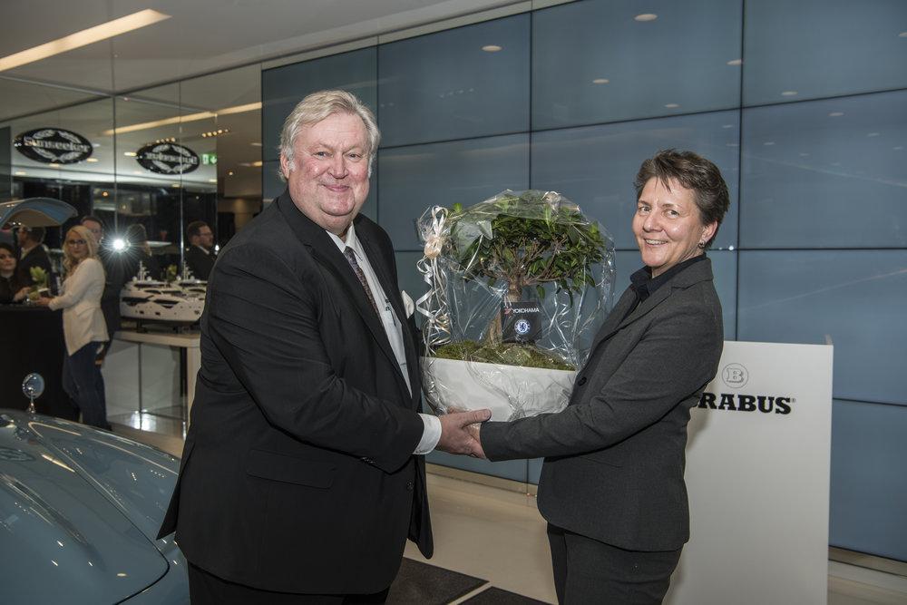 Bild im BRABUS Flagship-Store KÖ90 (von links: Prof. h.c. Bodo Buschmann BRABUS Gründer und Sabine Stiller, Manager Marketing + PR YOKOHAMA Reifen-GmbH)