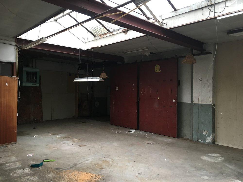 Een foto van de oude garage voor de verbouwing.