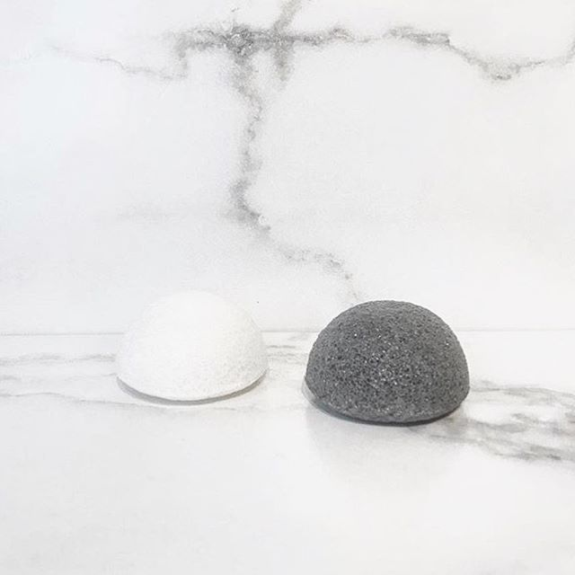 uno, dos. original + bamboo charcoal. say hi to your new fave cleansing sponge. i'm all natural made from 100% konjac vegetable root. in fact, everyone in the fam can use me 👌🏼 ⚪️ Original - for all skin types, including super gentle cleansing for babies, sensitive aging skin and i can even be used to clean the gunk off your new tattoo while keep your inking looking fresh ⚫️ Bamboo Charcoal - for oily + acne- prone skin, a great skin detox and ideal for men and pesky acne-prone teenage skin (📸 @radiantan_boutique) #wbcolife #washbeautyco #konjacsponge