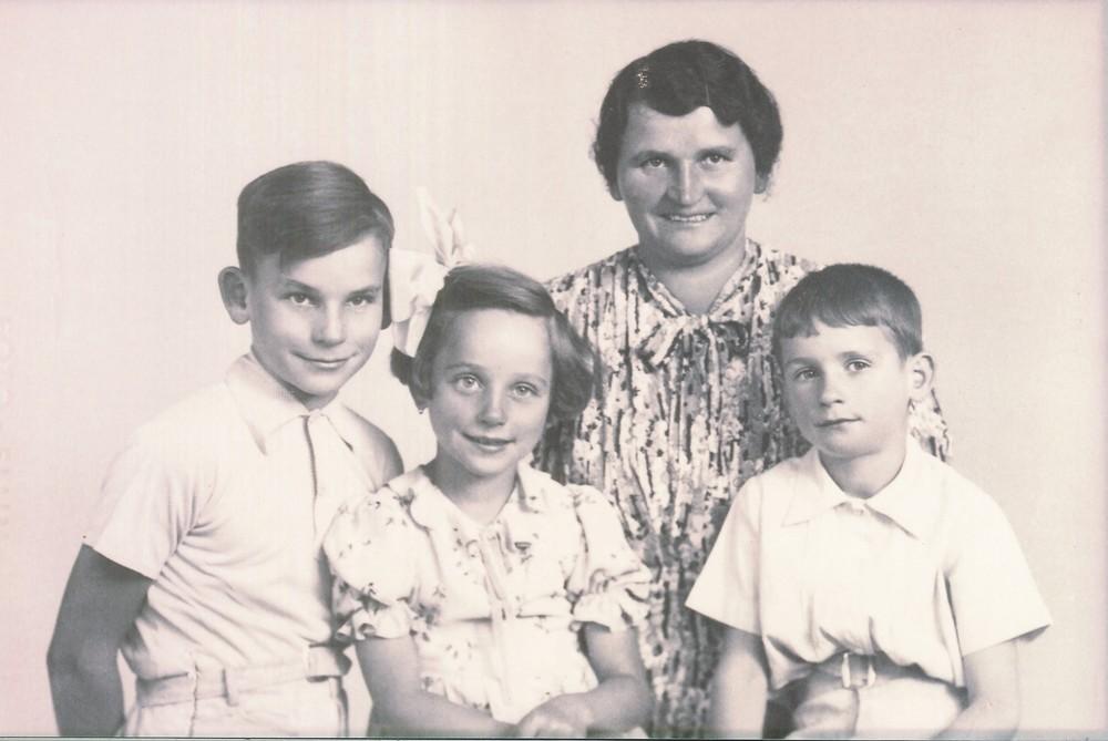 Willi Schüßler mit seinen Geschwistern und seiner Mutter