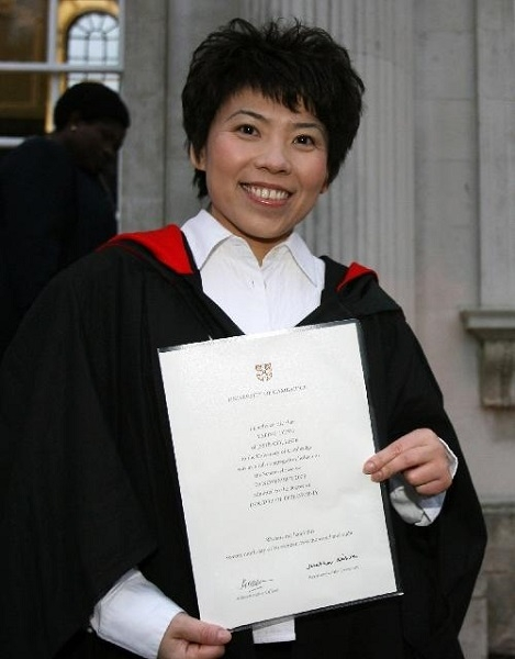 Yapin Receiving her PhD from Cambridge University. en.yibada.com/