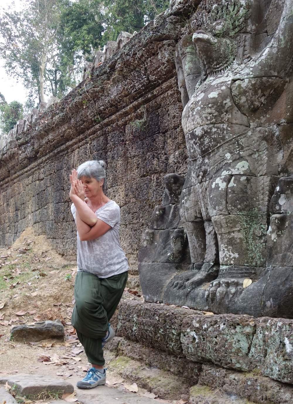 Garuda - als Asana und als Skulptur - Angkor Wat, Kambodscha