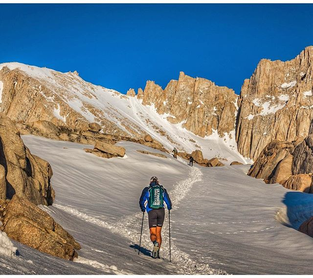It's fair to say that yes...heading up Mt.Whitney on a #bluebirdday is the #ultimatedirection !! . . #mtwhitney #whitrambach @ultimatedirectionusa #lonepine #sierramountains #hiking #trailrunning #thetreadmill #californiaadventure