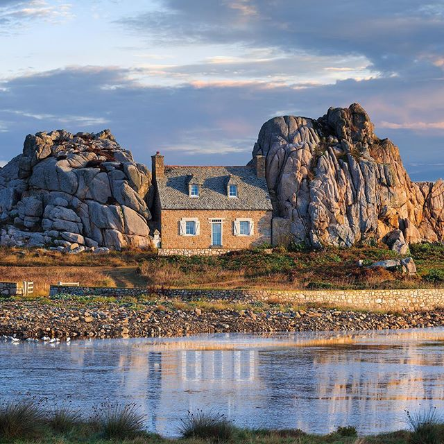 Castel Meur in #Brittany was built in 1861 in a stunning location. The ocean is just behind the house! Would you like living there?