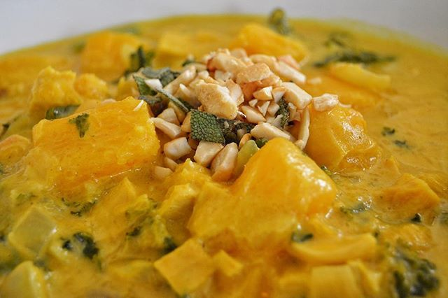 Harvest Pumpkin Curry! 🍁🍂Savory yet delicate flavors of the simmered fresh pumpkin, coconut milk🥥, fresh greens and herbs 🌿 are sure to warm and satisfy!Contact info in bio.👩🏾‍🍳#vegan #vegansofig #whatveganseat #veganfoodshare #veganlosangeles #plantbased #socal #losangeles #pumpkin #curry #seasonal #soyfree #glutenfree