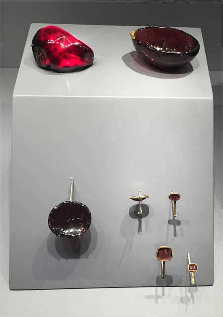 Giants n ° 3. Cardioid and carved garnets along with cut-and-set examples. (Photo: Bill Larson)