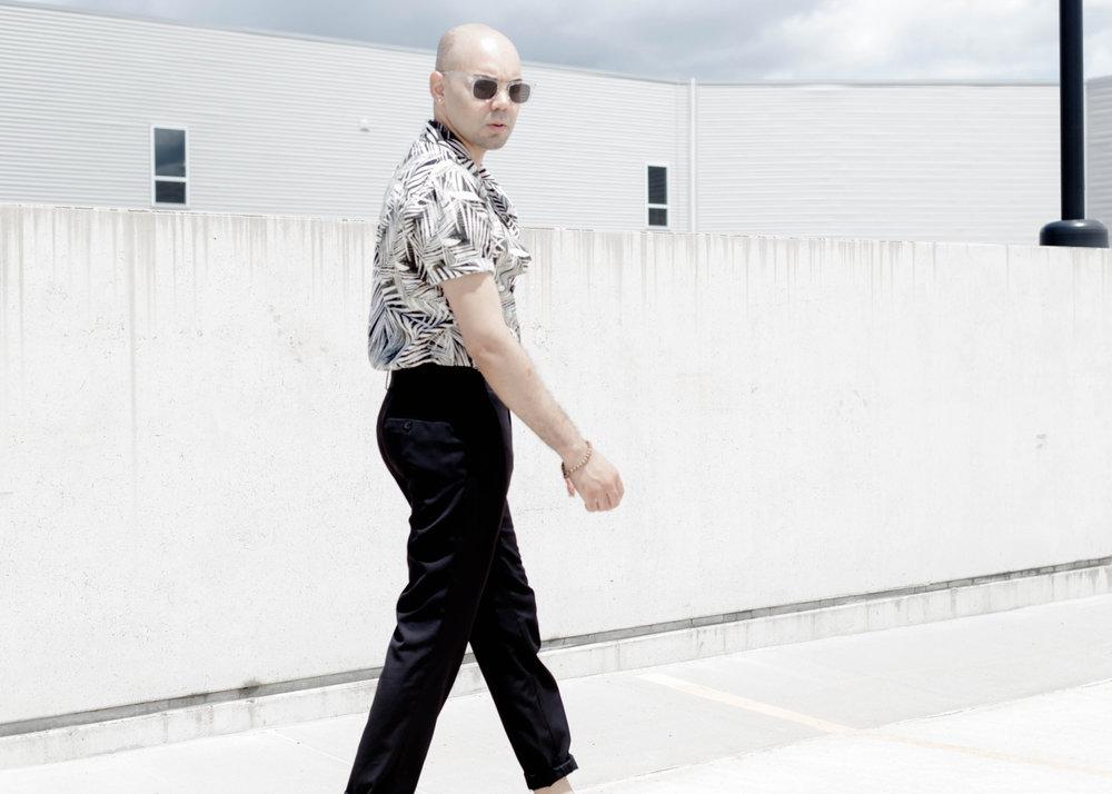 palm-print-ss-woven-cropped-trousers-walk.2jpg