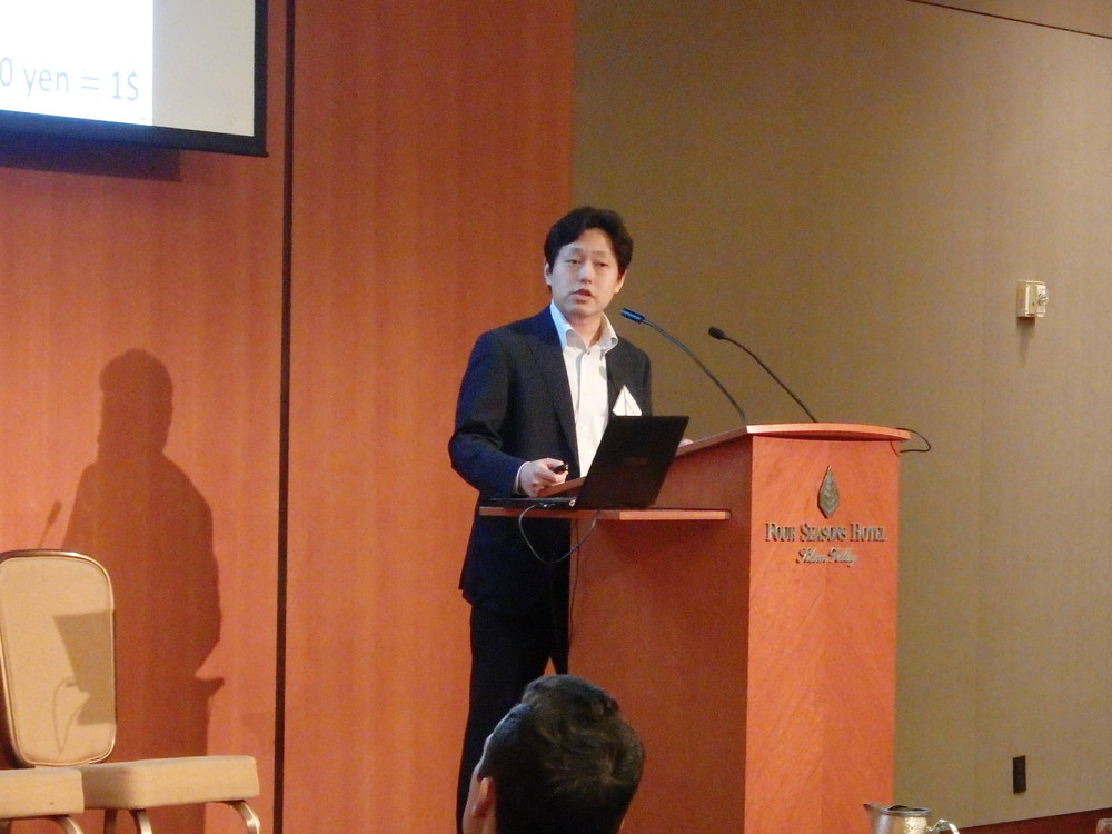 Nobutaka Takeo presents the government's new support program.