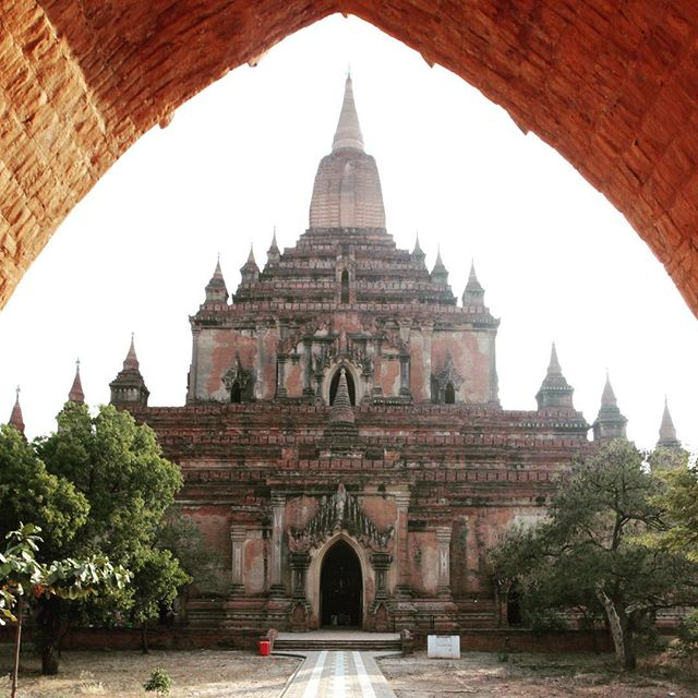 Missing those morning where we rode down random dirt roads to (re)discover the ancient temples of #bagan #burma #lifeote