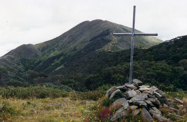 The Cross in 1997. It was located near the junction of the Razorback track and the track to Federation Hut. Photo © Terry Linsell from   his website  . Used with permission.