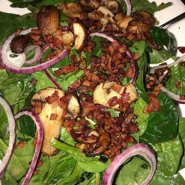 #spinachsalad#mushrooms#pancetta#redonion#italianfood#letseat 🥗