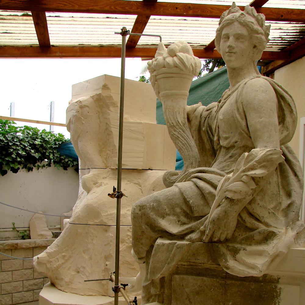 Versailles, Corps Central. Sculpture sur pierre neuve à la mise aux points.