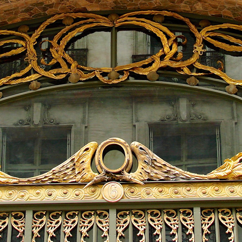 Dessin et réalisation du décor en laiton repoussé du portail et de l'imposte d'un immeuble Art Nouveau (reconstitution).