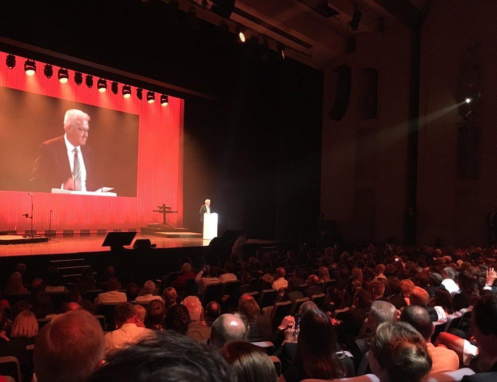 Baden-Württembergs Ministerpräsident Winfried Kretschmann gratulierte den Gewinnern im Rahmen der Preisverleihung in Ludwigsburg (Foto dchp)