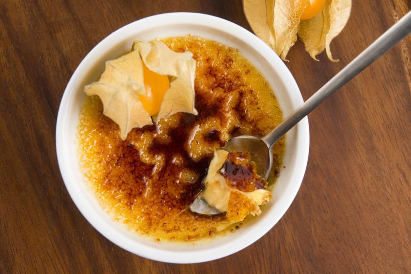 CRÈME BRULÉE BACKOFEN Zuckerle auf Crème Brulée oder auf Waffeln mit Vanilleeis gestreut, das i-Tüpfelchen an Raffinesse
