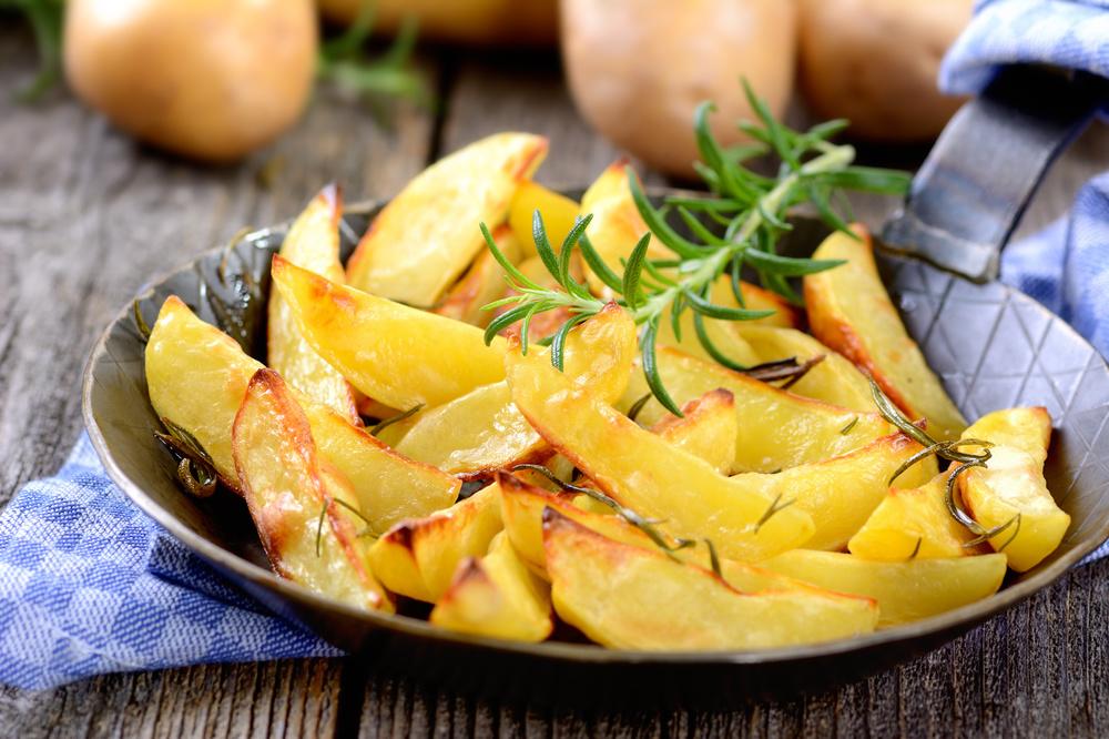 BACKOFEN-POMMES   Kartoffel vierteln, achteln oder in Streifen schneiden. Je Kartoffelmenge in einem kleinen Schälchen 4–6 EL gutes Öl mit einem halben bis ganzen Teelöffel BACKOFEN Goumetsalz Curry verrühren und die Kartoffeln rundum damit vermengen. Ab in den Backofen bei 180 °C für ca. 20–30 min. Dazu Kräuterquark oder selbst gemachtes Ketchup.