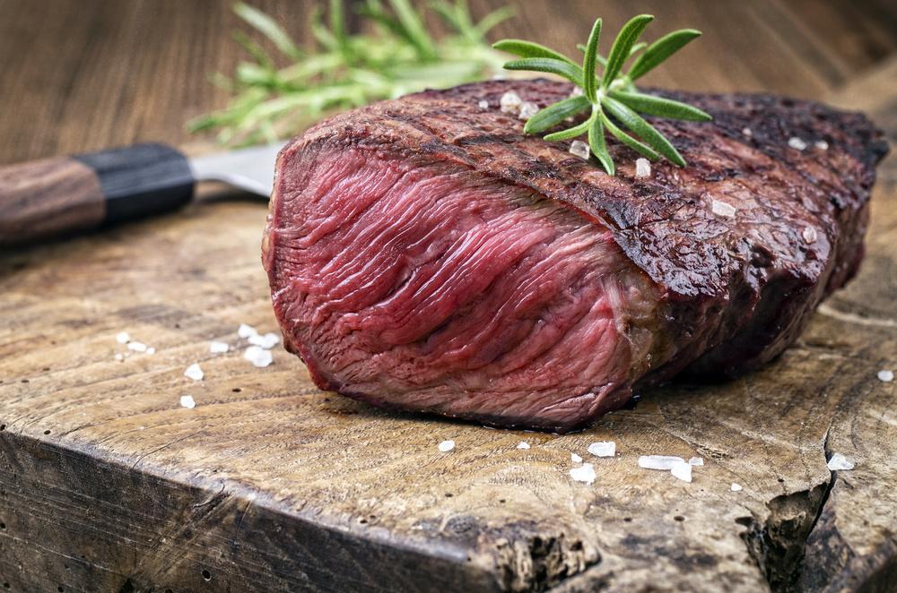 GOURMET-STEAK STEAK nach dem Braten ein Stückchen Butter aufsetzen und mit dem BACKOFEN Gourmetsalz Chili-Ingwer oder z. B. Hirschsteak mit Thymian-Pfeffer bestreuen.
