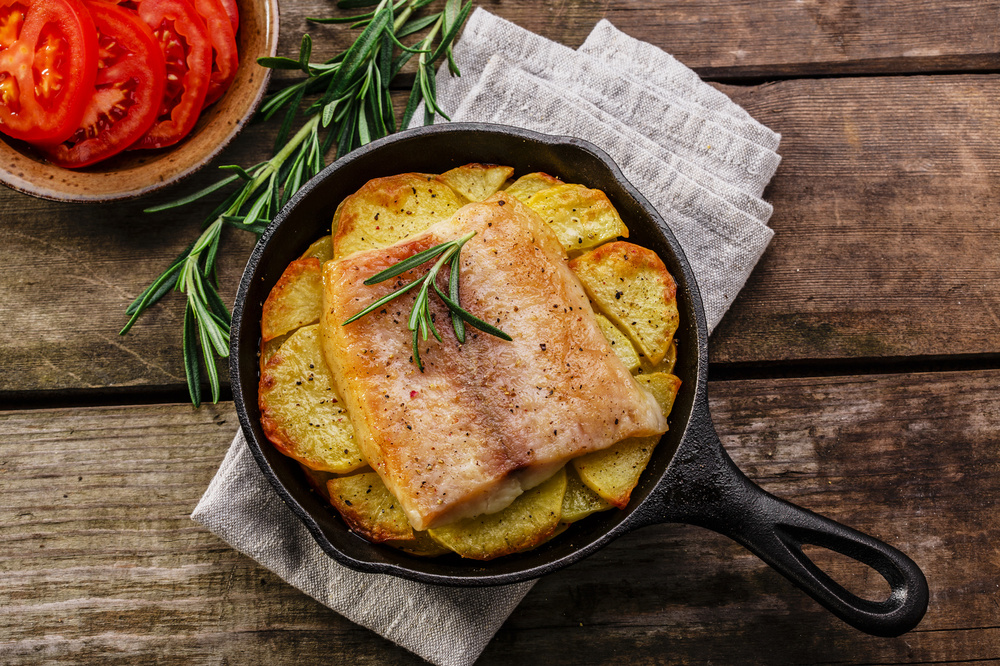 PFANNENFISCH Fisch, Kirschtomaten mit etwas Öl und BACKOFENGourmetsalz Dill-Petersilie einreiben. Auf Baguettescheiben legen und im Ofen bei 180 °C für ca. 20–30 min backen.