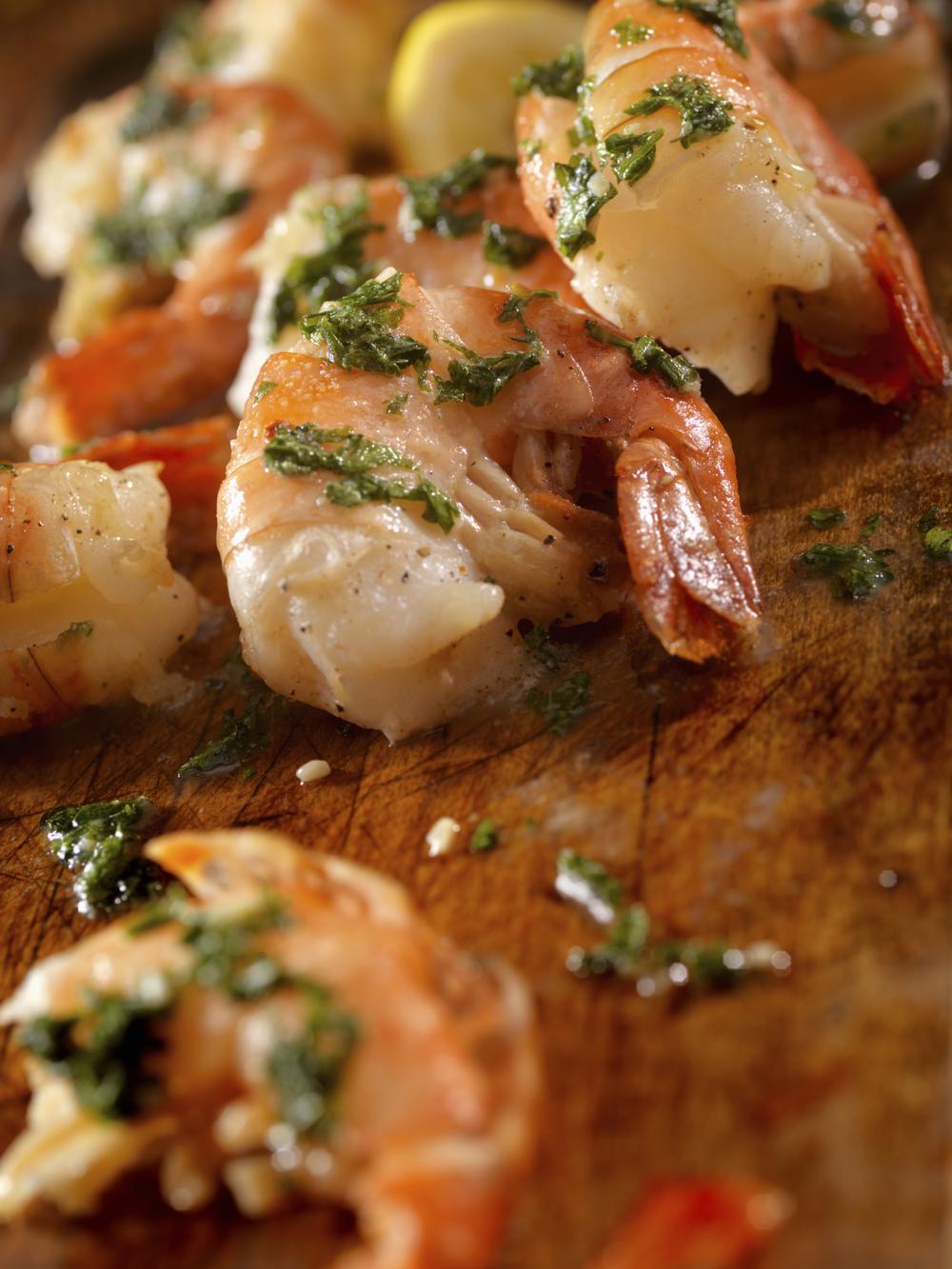 WARMER ZUCCHINI-KAROTTEN-SALATMIT SCAMPI   Zucchini- und Karottenstreifen mit BACKOFEN Gourmetsalz und Pfeffer anbraten, kurz ziehen lassen und noch warm über den Blattsalat geben. Scampi mit frischem Knoblauch und Gourmetsalz anbraten und auflegen. Das leckere Salatdressing über den warmen Salat geben.
