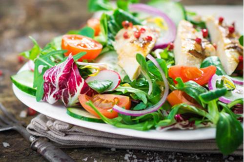 Salatdressing mit Backofen-Johannisbeerkonfitüre 5 EL Sonnenblumenöl,2 EL Weinessig oder Apfelessig,1 TL Senf,1 EL Agavendicksaft,1 EL Backofen-Konfitüre Johannisbeer oder Himbeere, Backofen-Gourmetsalz,Pfeffer Alle Zutaten in ein Glas geben und mit Deckel kräftig schütteln. Wer mag, kann als Variante 2–3 EL Sahne dazugeben und frisch gebratene Speckwürfel. Passt sehr gut zu Feldsalat.